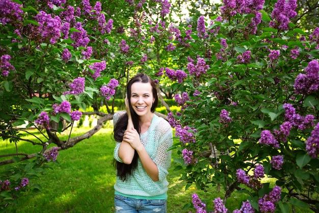 Mooi meisje met bloeiende bomen in het park. voorjaar.