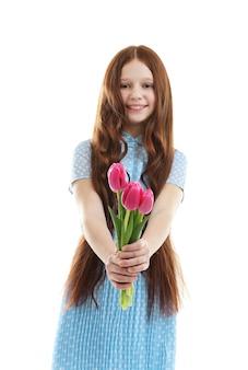 Mooi meisje met bloemen geïsoleerd op wit