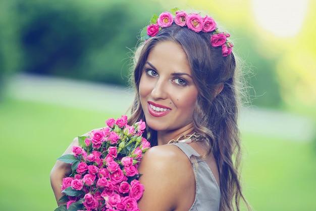 Mooi meisje met bloemen