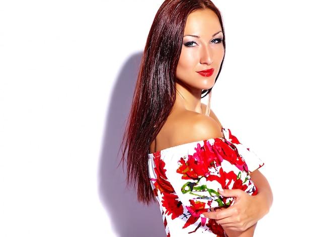 Mooi meisje met bloemenjurk