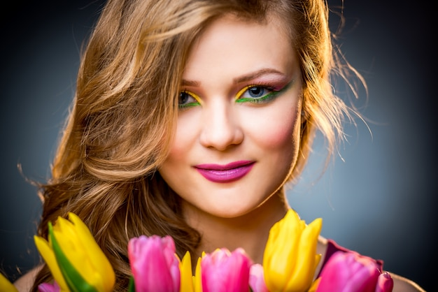 Mooi meisje met bloementulpen