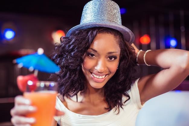 Mooi meisje met cocktail en glitter hoed