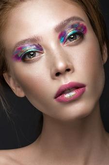 Mooi meisje met creatieve kleurrijke make-up
