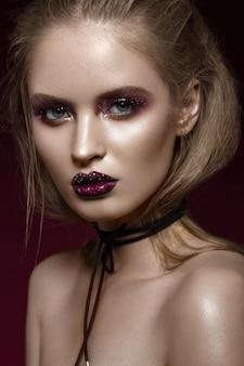 Mooi meisje met creatieve lichte make-up met strass steentjes. mooi gezicht.