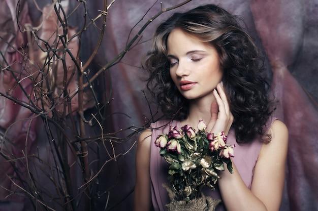 Mooi meisje met droge rozen