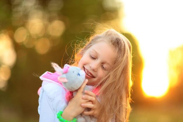 Mooi meisje met een favoriete knuffel