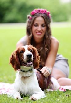 Mooi meisje met een hond