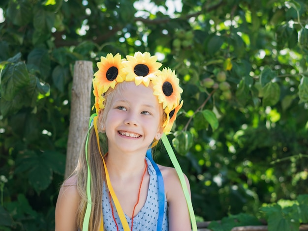 Mooi meisje met florale decoratie leuke blikken aan de zijkant.