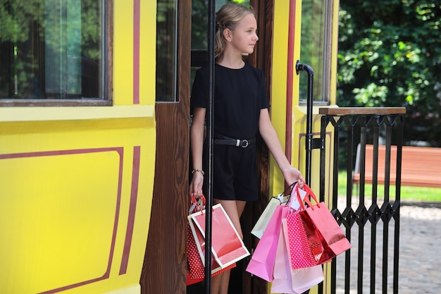 Mooi meisje met gekleurde tassen in de stad