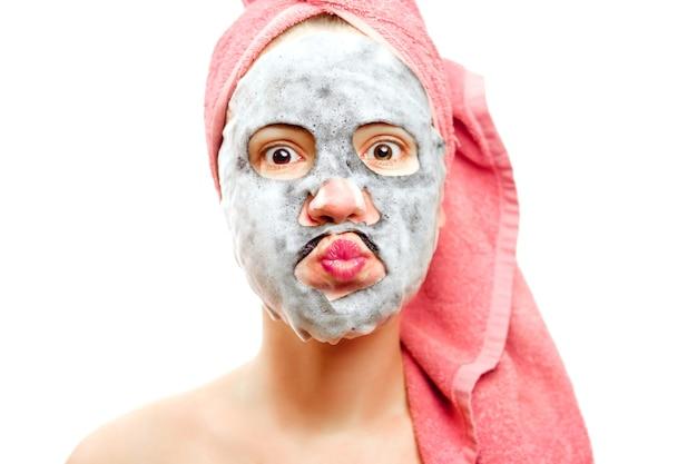 Mooi meisje met gezichtsmasker, zuurstofmasker voor gezicht, gelukkig meisje zorgt voor de huid