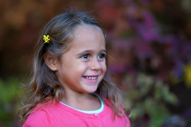 Mooi meisje met grote ogen glimlachen