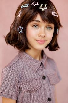 Mooi meisje met haarspeldjes