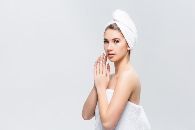 Mooi meisje met handdoek op hoofd na spatten