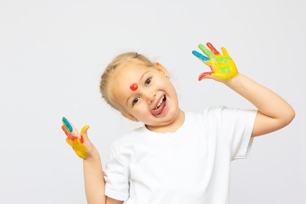 Mooi meisje met handen in de verf