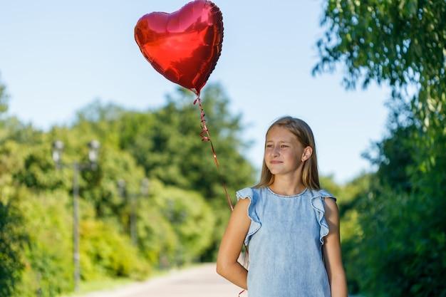 Mooi meisje met hartvormige ballon