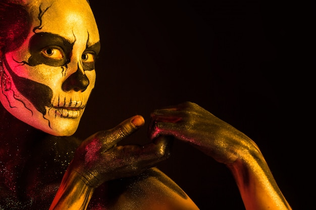 Mooi meisje met het lichaam van de skeletmake-up het schilderen