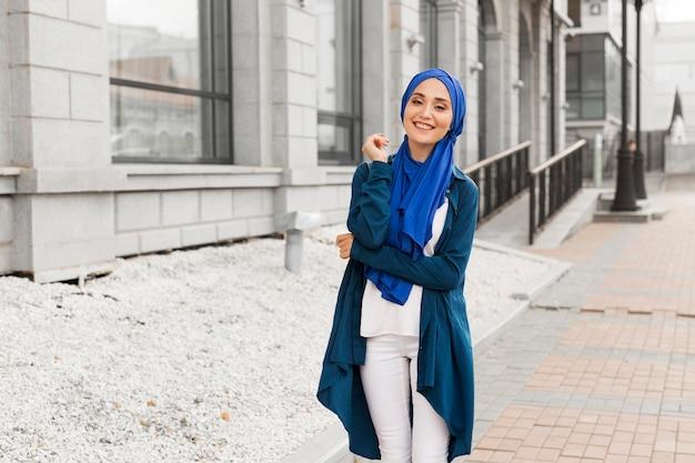 Mooi meisje met hijab glimlachend buitenshuis