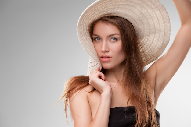 Mooi meisje met hoed die mooie hond stellen