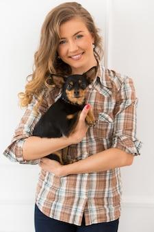 Mooi meisje met hond