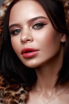 Mooi meisje met klassieke feestelijke make-up