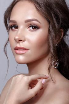 Mooi meisje met klassieke make-up