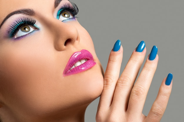 Mooi meisje met kleurrijke make-up