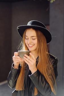 Mooi meisje met koffie in café