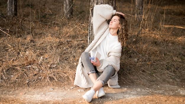 Mooi meisje met krullend haar in het bos