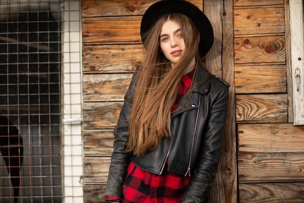 Mooi meisje met lang haar en zwarte hoed