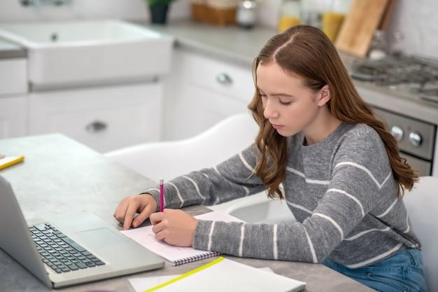 Mooi meisje met lang haar huiswerk