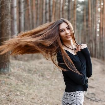 Mooi meisje met lang haar wandelen in het park