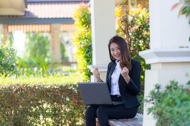 Mooi meisje met laptop om te werken.