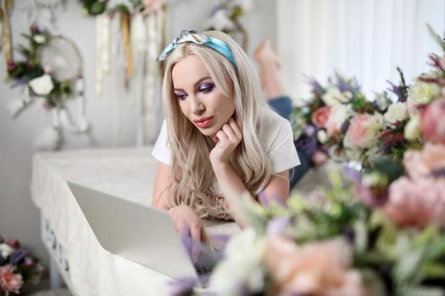 Mooi meisje met laptop