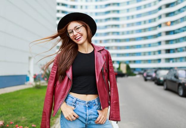 Mooi meisje met openhartige glimlach poseren op straat