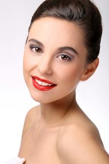 Mooi meisje met perfecte huid en rode lippenstift