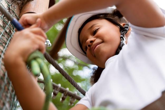 Mooi meisje met plezier in een avonturenpark