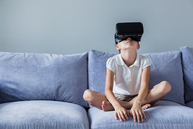 Mooi meisje met plezier met virtual reality-bril