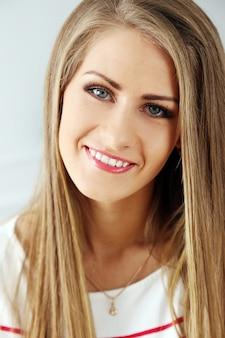Mooi meisje met prachtig gezicht
