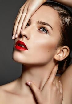 Mooi meisje met rode lippen