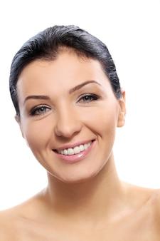 Mooi meisje met schattige glimlach en perfecte huid