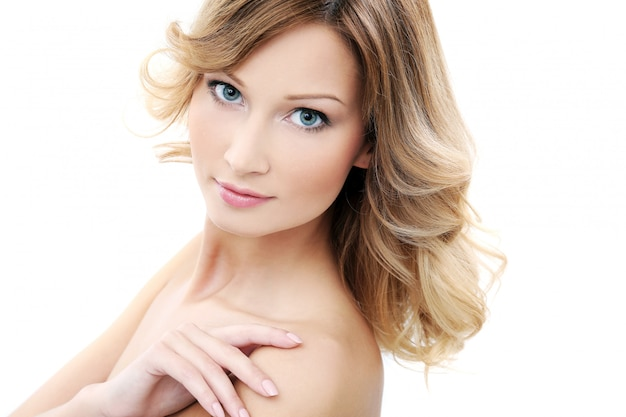 Mooi meisje met schone en perfecte huid