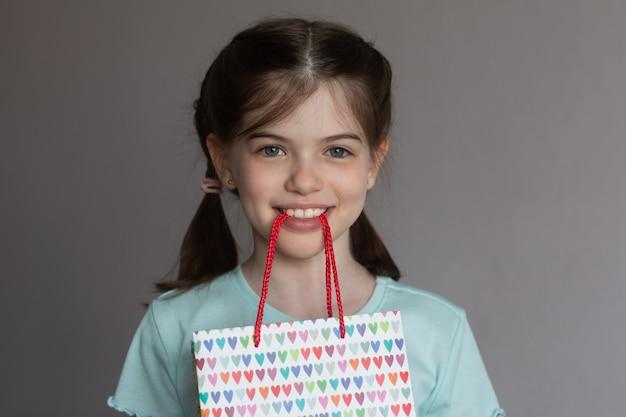 Mooi meisje met tanden papieren geschenkzak