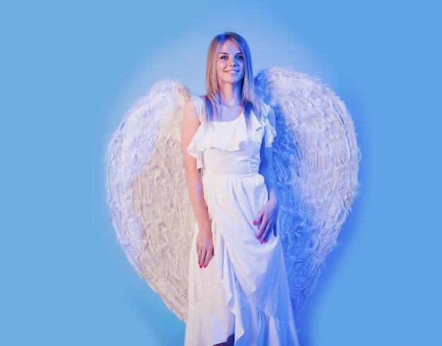 Mooi meisje met witte vleugels. valentijn engel vrouw. valentijnsdag.