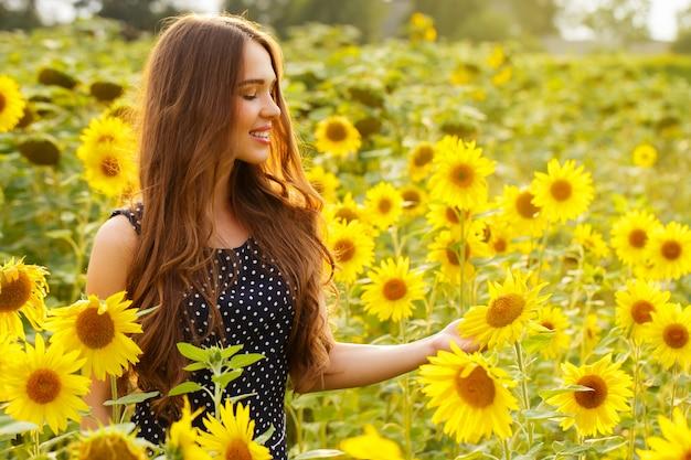 Mooi meisje met zonnebloemen