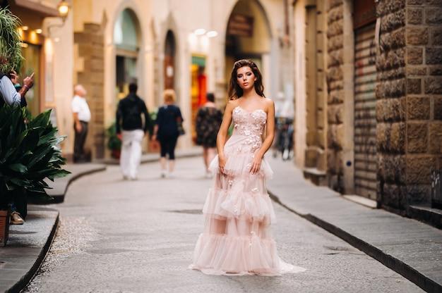 Mooi meisje model in roze trouwjurk gefotografeerd in florence, fotoshoot in florence bruid.