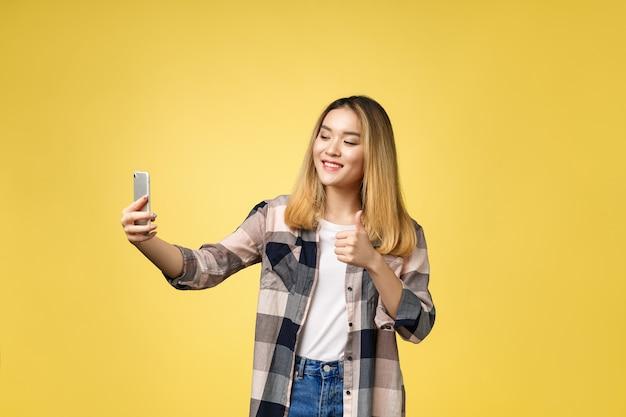 Mooi meisje neemt een zelfportret met haar slimme telefoon