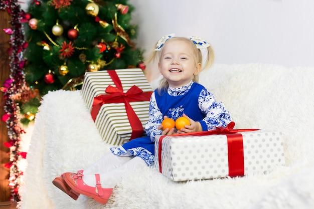 Mooi meisje ontmoet kerstmis.