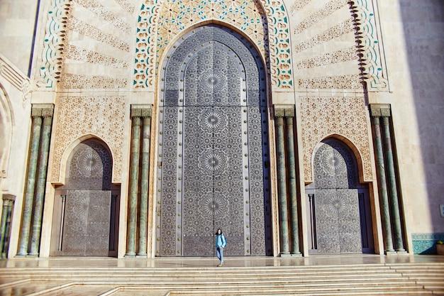 Mooi meisje op de achtergrond van de hassan ii-moskee in casablanca, marokko