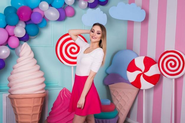 Mooi meisje op de achtergrond van snoep