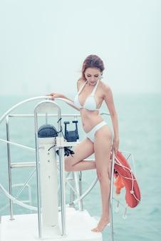 Mooi meisje op een jacht